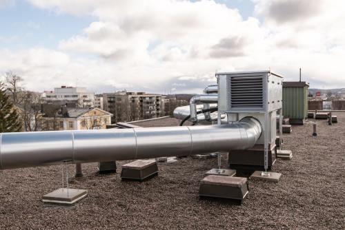 Lämmön talteenottoyksikkö kerrostalon katolla