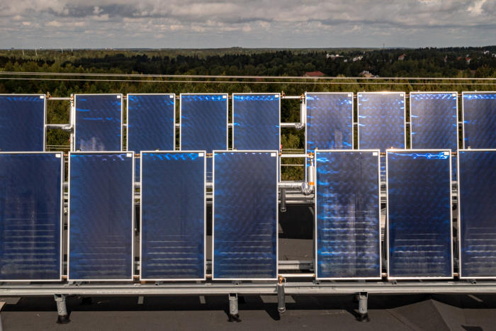 aurinkopaneelit kerrostalon katolla